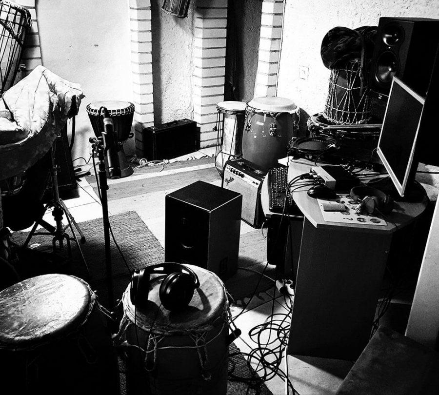 Mustavalkoinen kuva kotistudiosta